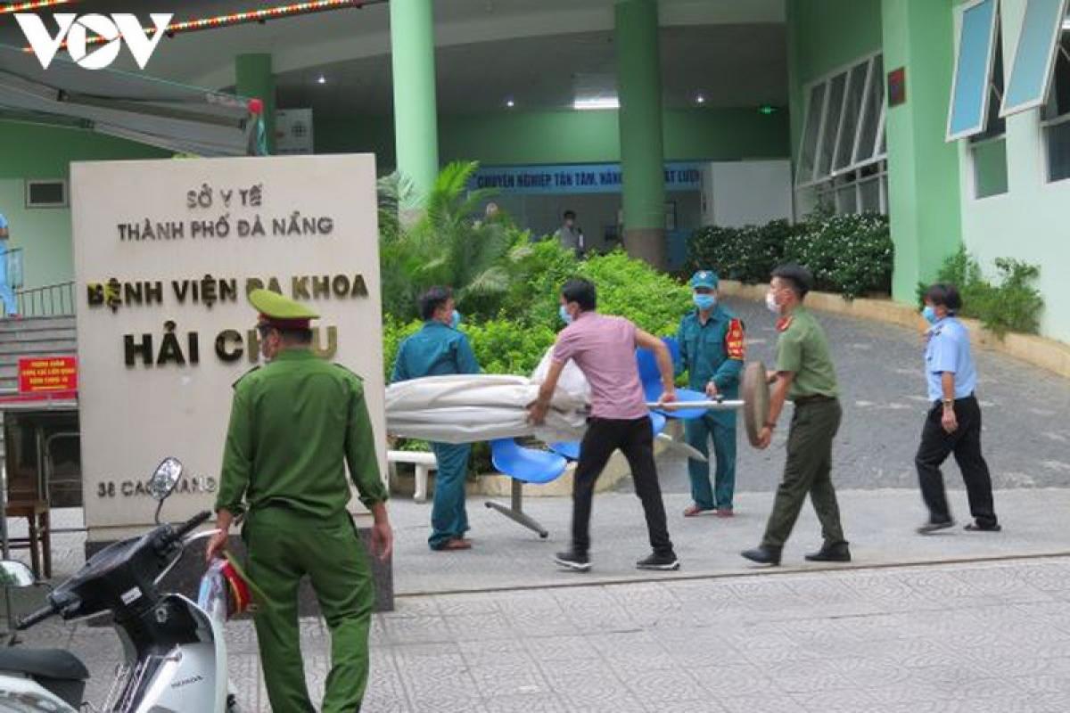 Các lực lượng dỡ bỏ vật dụng trước cổng bệnh viện.