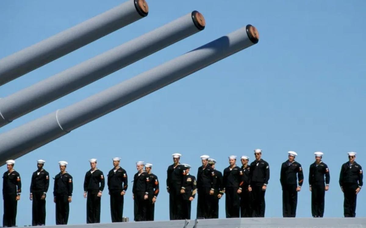 Tàu chiến và thủy thủ thuộc hải quân Australia. Ảnh: AFP.