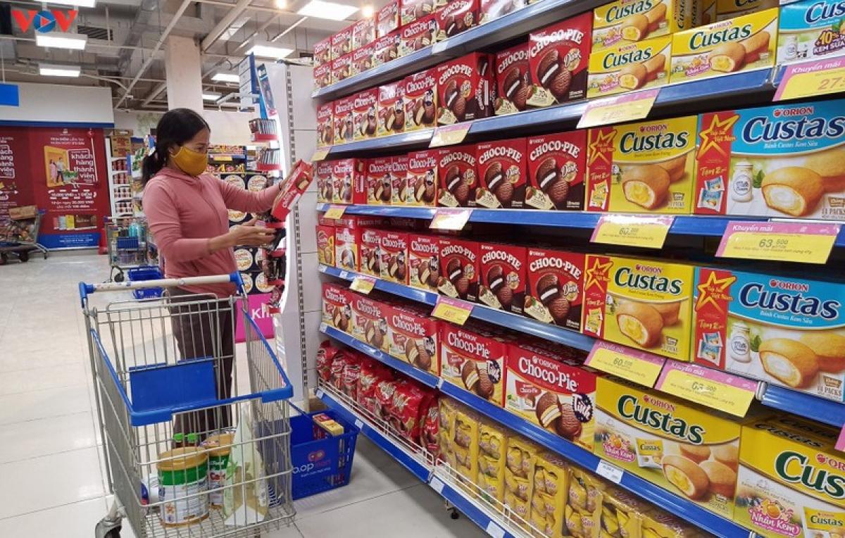 Bà Thủy chỉ chọn mua những mặt hàng cần thiết, đủ dùng
