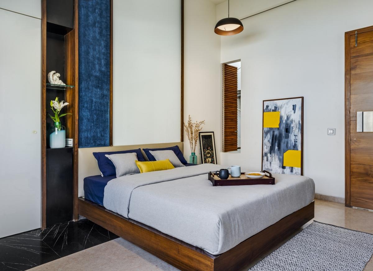 Phòng ngủ là tập hợp các kết cấu tự nhiên của gỗ và bê tông cùng các bảng màu như xanh ô liu, xanh hải quân, đỏ thẫm và cam…. tạo ra không gian trang nhã.