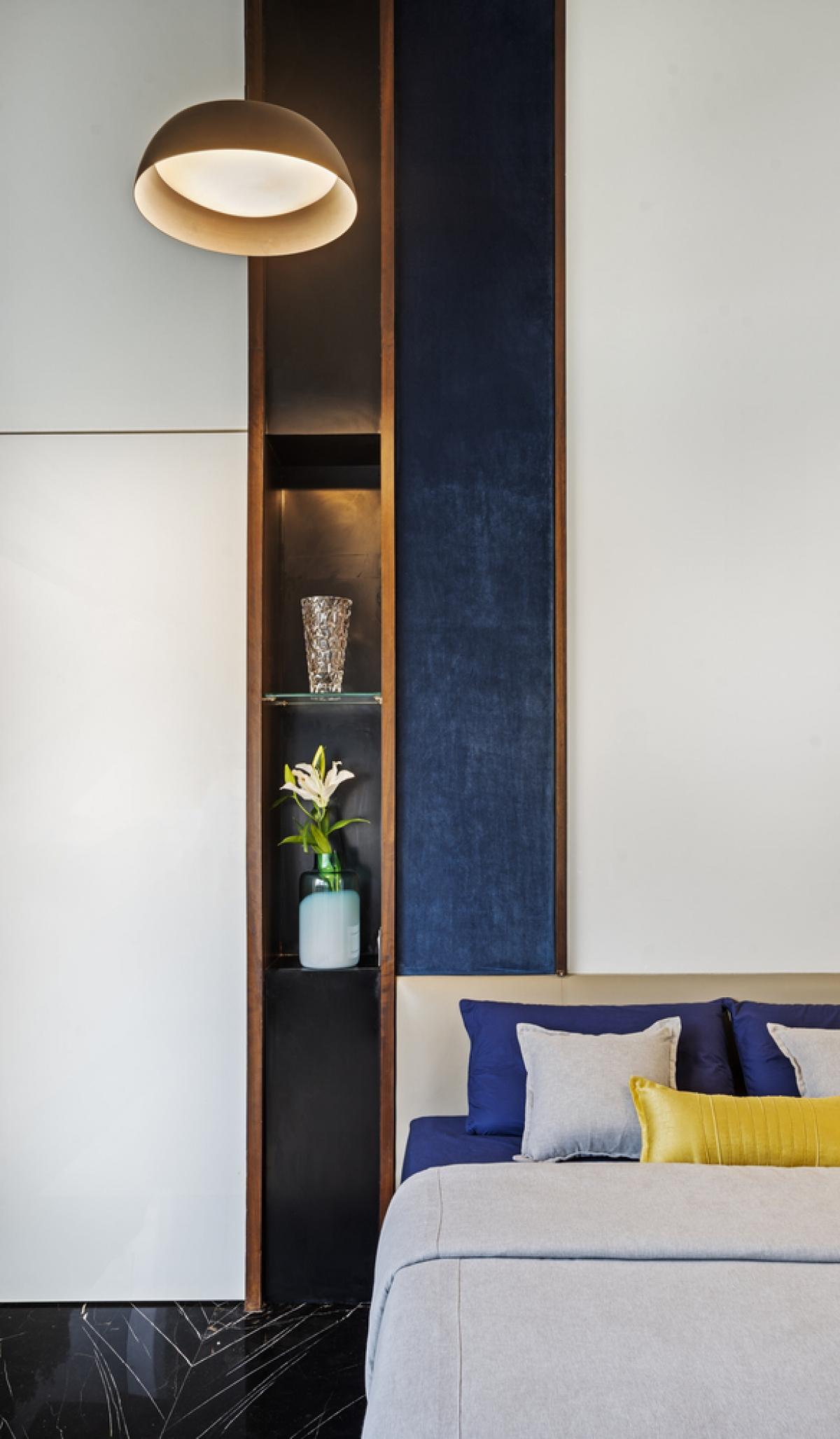 Khe tủ đặt giữa tường tăng yếu tố thẫm mỹ và là nơi lưu trữ đồ tiện nghi.