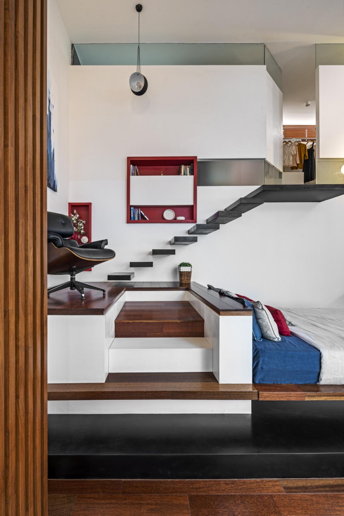 Tấm gỗ sắp xếp thành hình bậc thang dùng để lưu trữ.