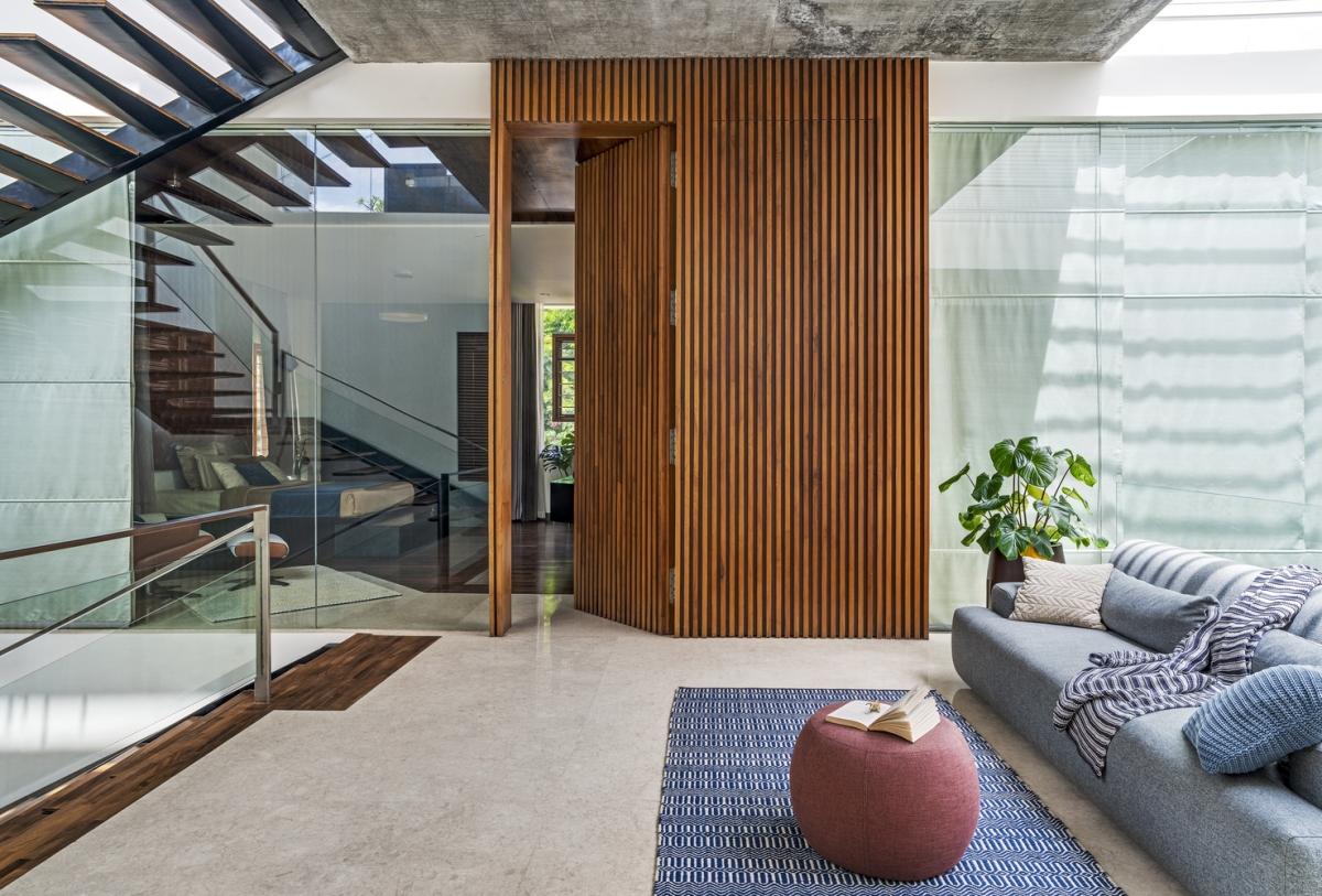 Những bức tường nghiêng và mái hiên mở rộng giữ cho nắng không chiếu trực tiếp vào nhà.