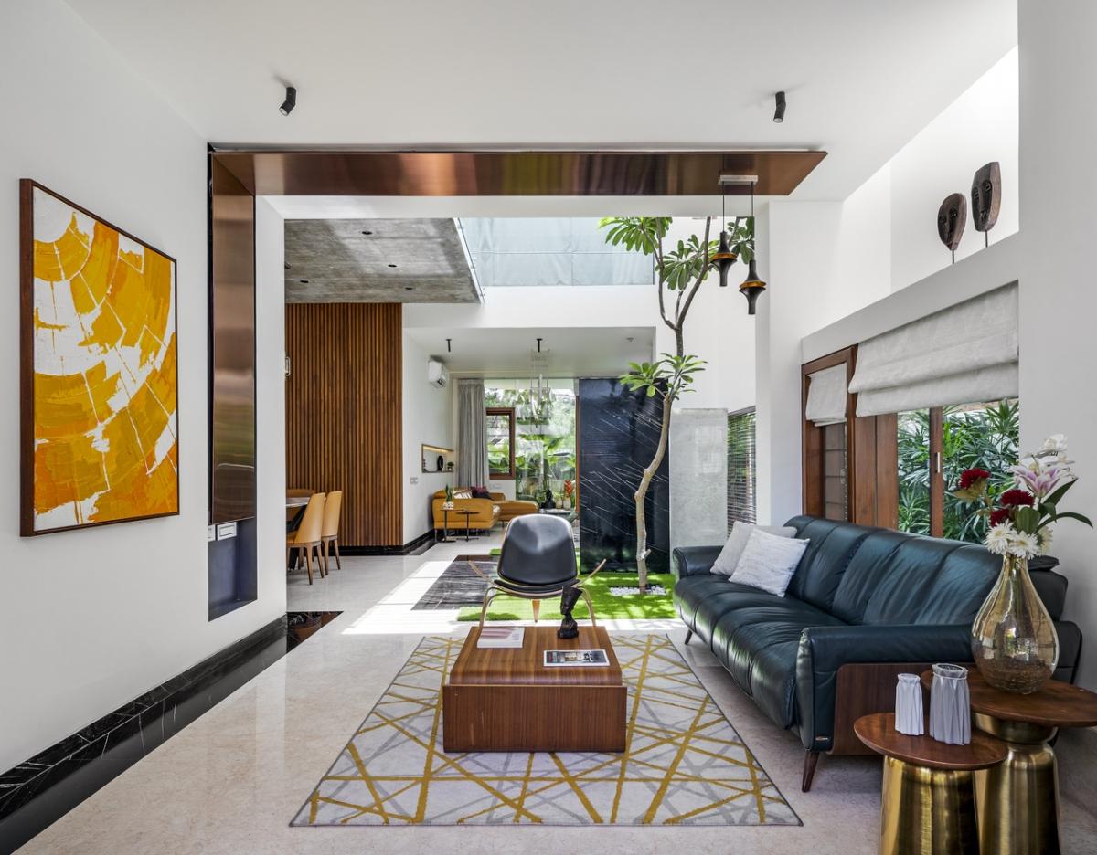 Phòng khách được chia thành hai khu riêng biệt dành cho đối tác và những người bạn thân quen.