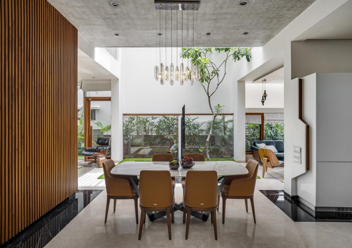 Công trình xây dựng trải rộng trên ba tầng: bao gồm khu vực đậu xe, sinh hoạt chính thức và nghỉ ngơi. Các khu vực chức năng trong nhà đều bao quanh khoảng giếng trời để mang lại ánh sáng tối đa.