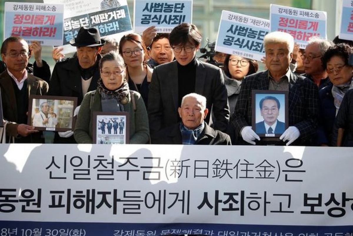 Người biểu tình Hàn Quốc đòi các công ty Nhật Bản đền bù cho nạn nhân lao động cưỡng bức thời chiến. Ảnh: Reuters.
