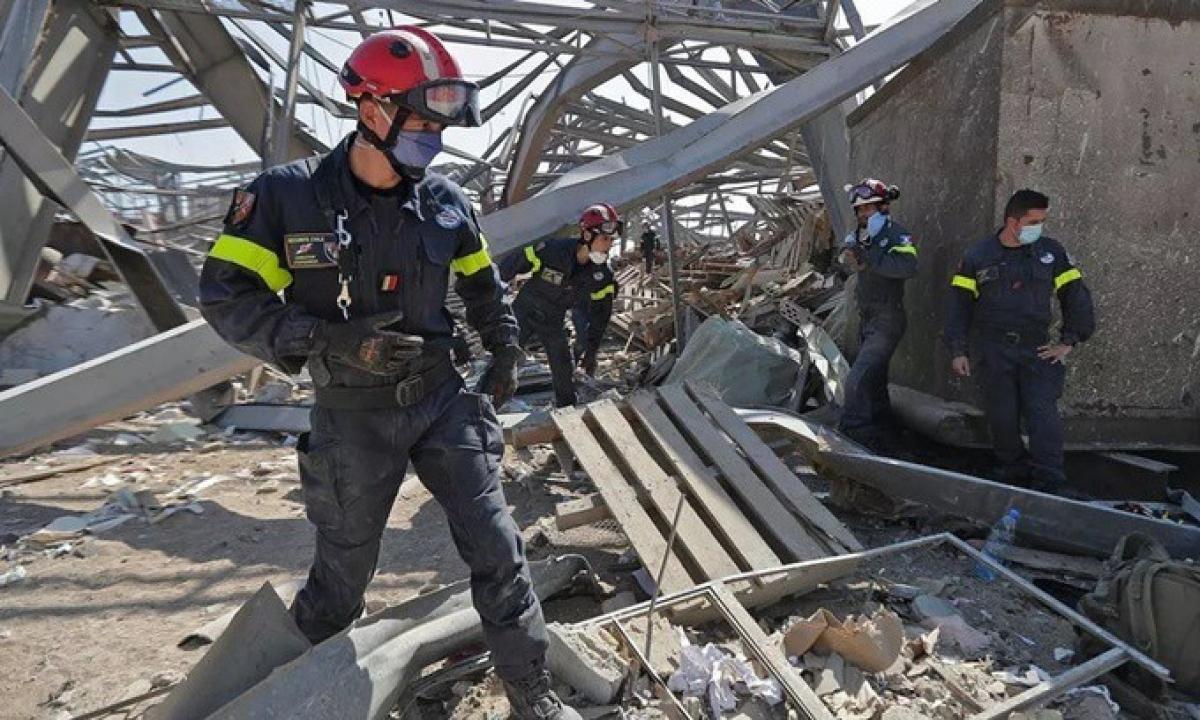 Các nhân viên cứu hộ tìm kiếm trong đống đổ nát tại cảng Beirut ngày 7/8. Ảnh: AFP.