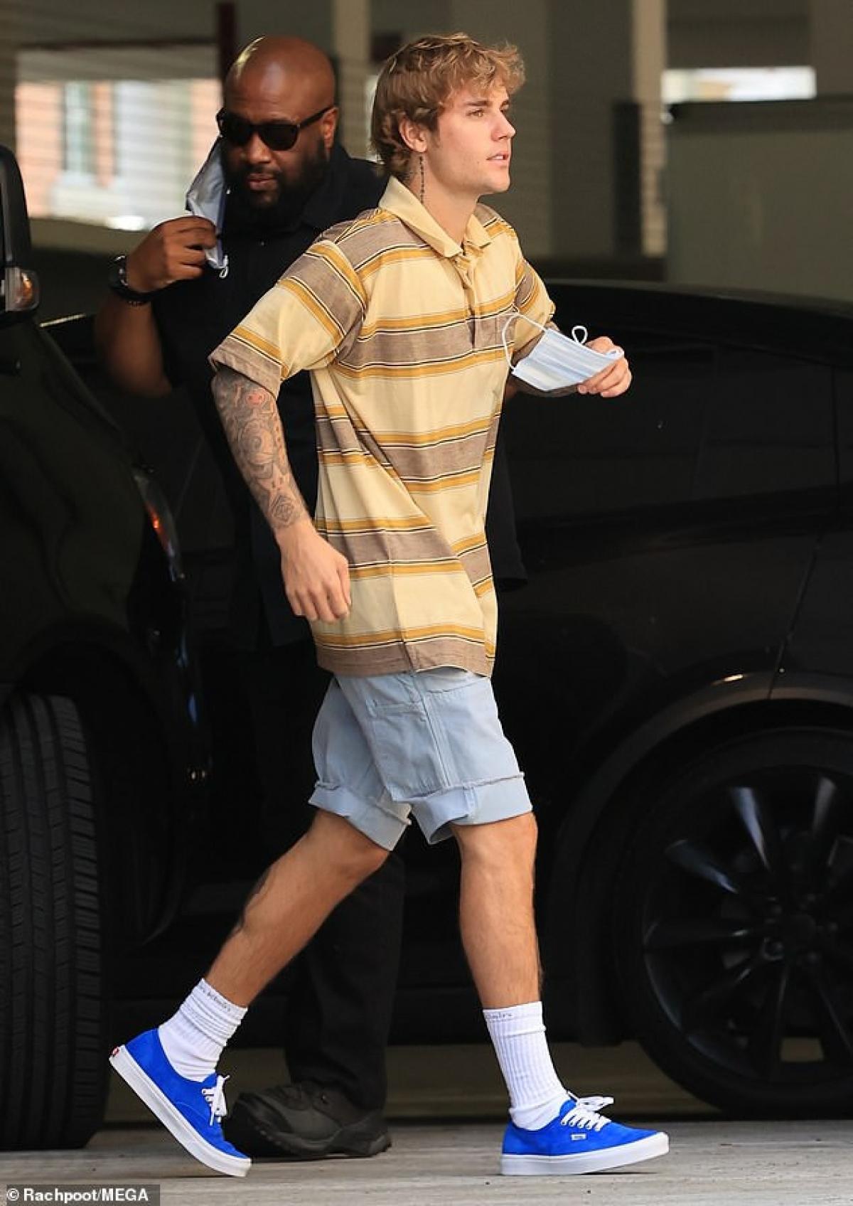 Ngày 18/8 vừa qua, Justin Bieber gây chú ý khi đang trên đường đến nhà hát ở Los Angeles để ghi hình.