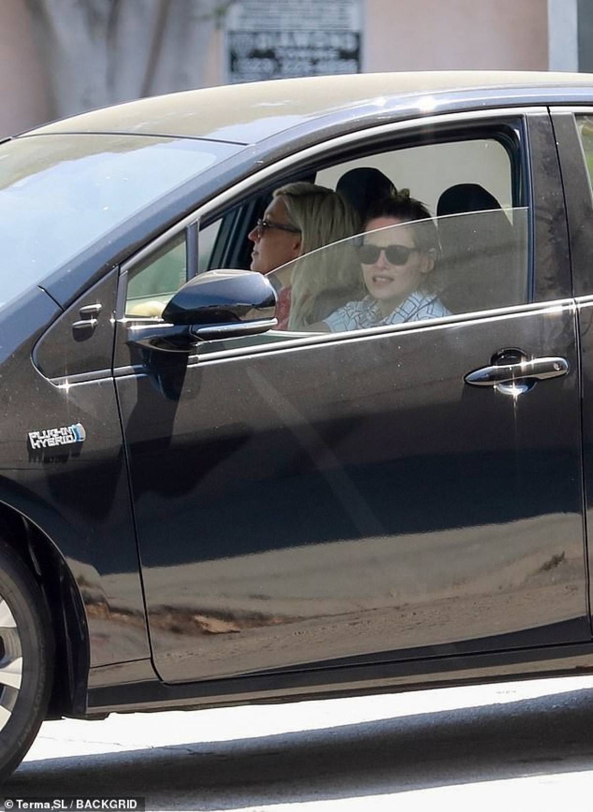 Cô tự lái xe chở bạn gái đi mua đồ. Cả hai ngồi trên chiếc xe riêng của nữ diễn viên.