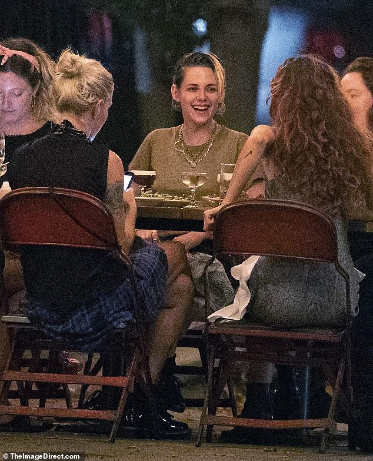 Bạn bè Kristen Stewart nói, cô đang rất hạnh phúc và nghiêm túc trong mối quan hệ này.
