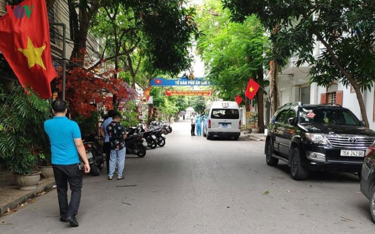 Trung tâm y tế quận Hải An phun khử khuẩn nơi ông Kim sinh sống tại phố Văn Cao (Hải Phòng).