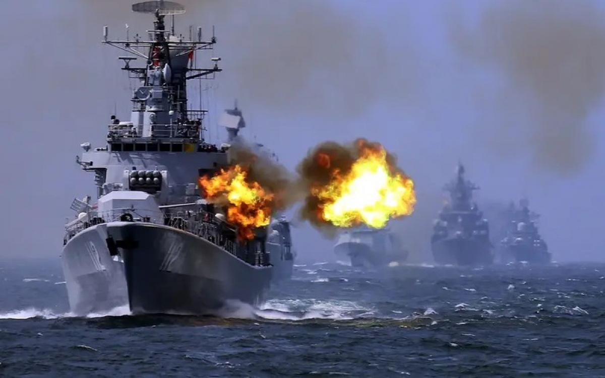 Tàu chiến Trung Quốc khai hỏa. Ảnh: AP.