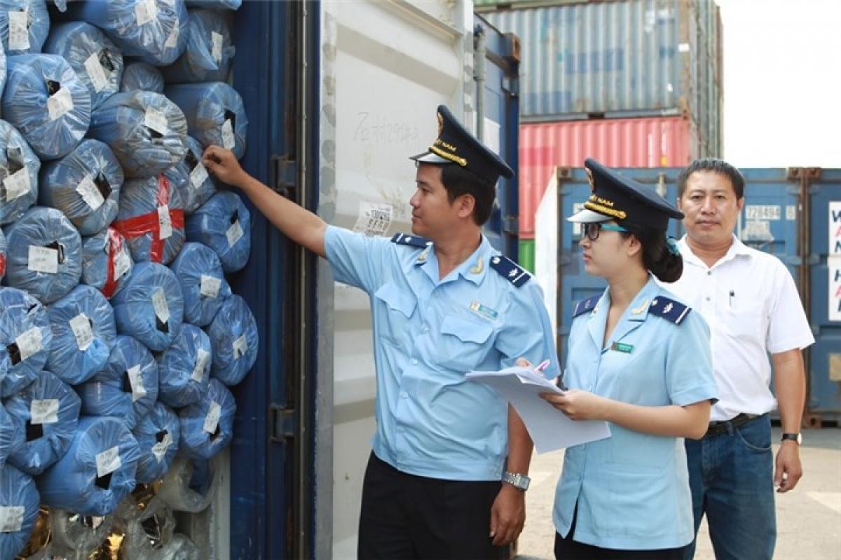 Cán bộ hải quan kiểm tra hàng hóa xuất nhập khẩu (Ảnh minh họa: KT)