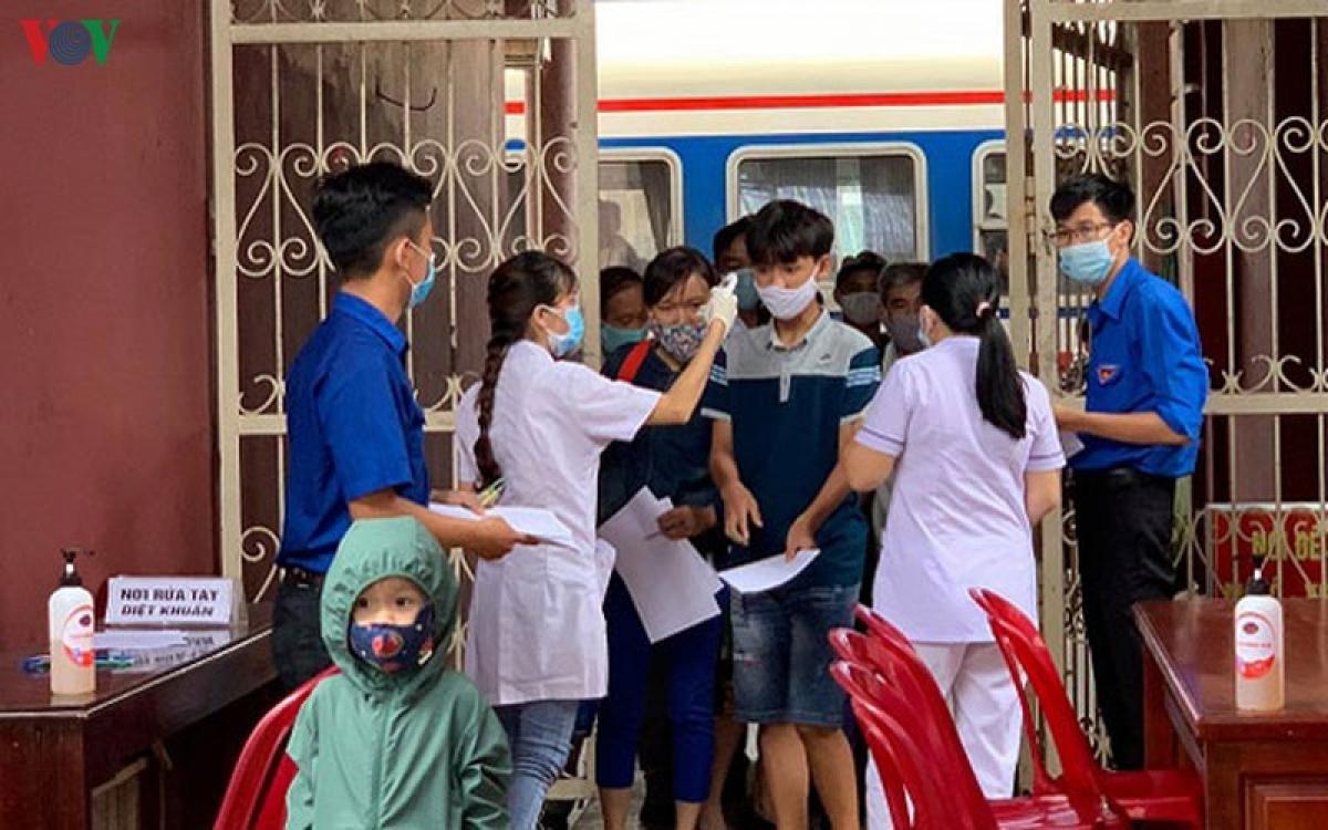 Kiểm tra y tế tại Ga Huế.