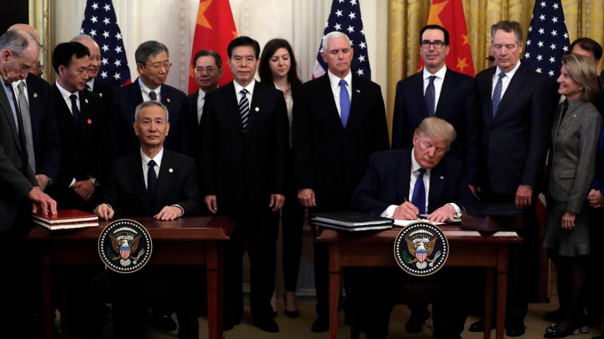 Lễ ký thỏa thuận thương mại giai đoạn 1 giữa Mỹ và Trung Quốc đầu năm 2020. Ảnh: Fox Business