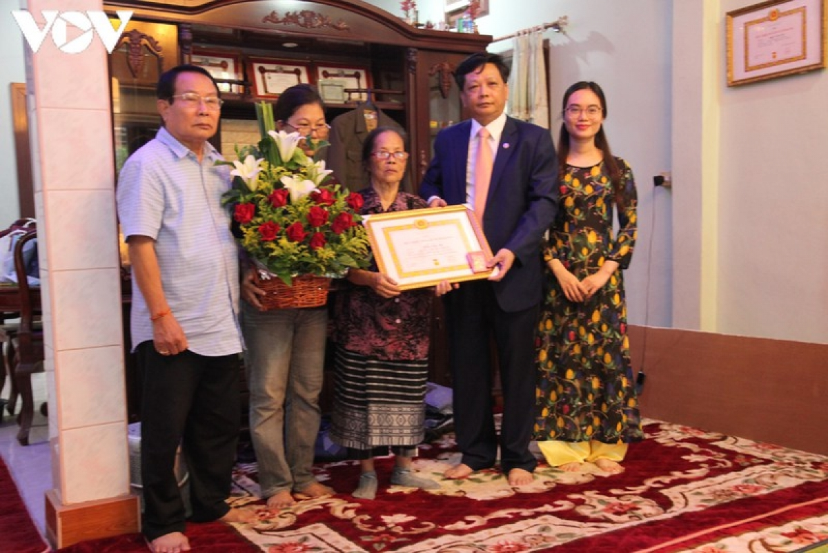 Vì tuổi cao sức yếu, gia đình đã thay mặt nhận Quyết định và Huy hiệu 70 năm tuổi Đảng cho Cụ Trần Văn Mỳ.