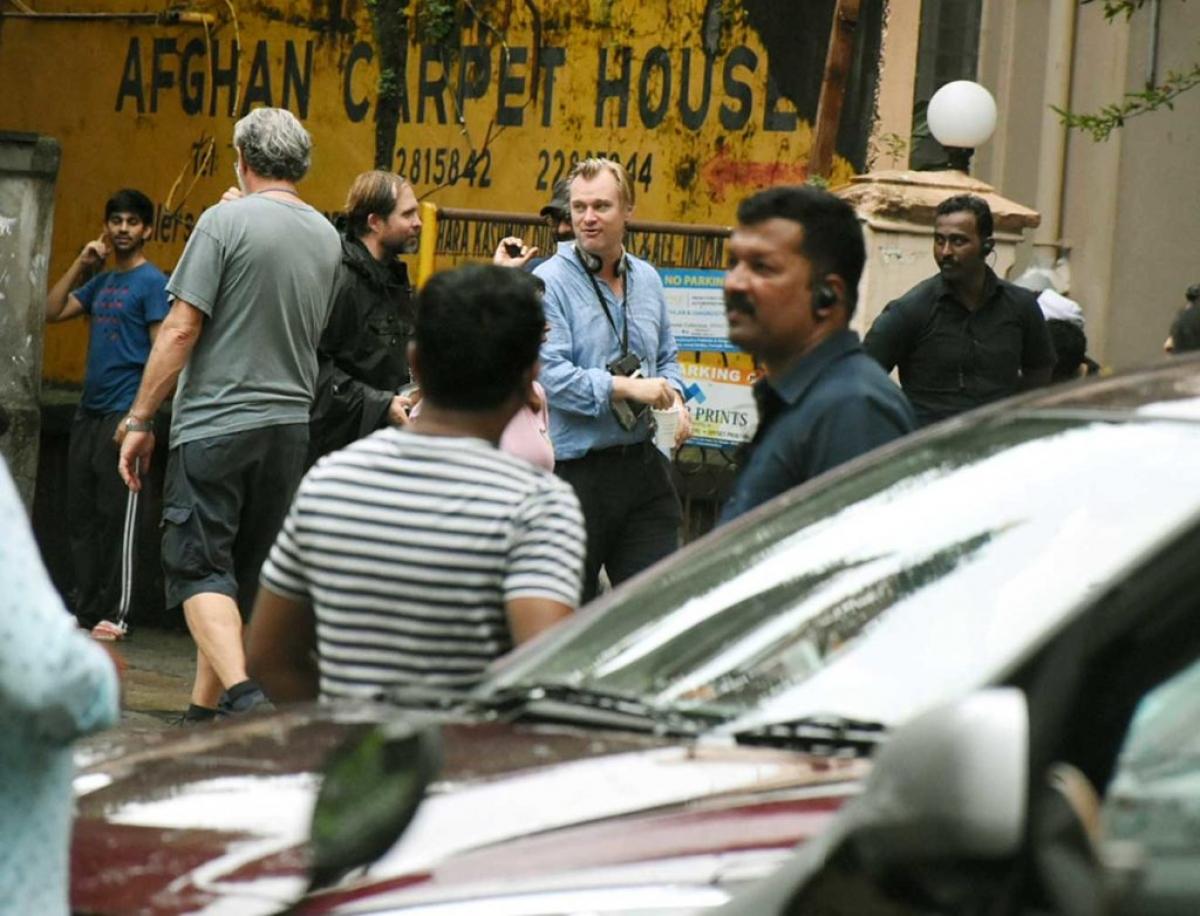 """Trong 3 ngày lưu lại khu Grant Road trong tổng cộng 10 ngày ở Mumbai, ekip của TENET đã kịp quay lại nhiều cảnh đắt giá trong đó có chi tiết diễn viên đóng thế nhảy từ độ cao """"rợn tóc gáy"""" của tòa nhà 23 tầng xuống đất."""