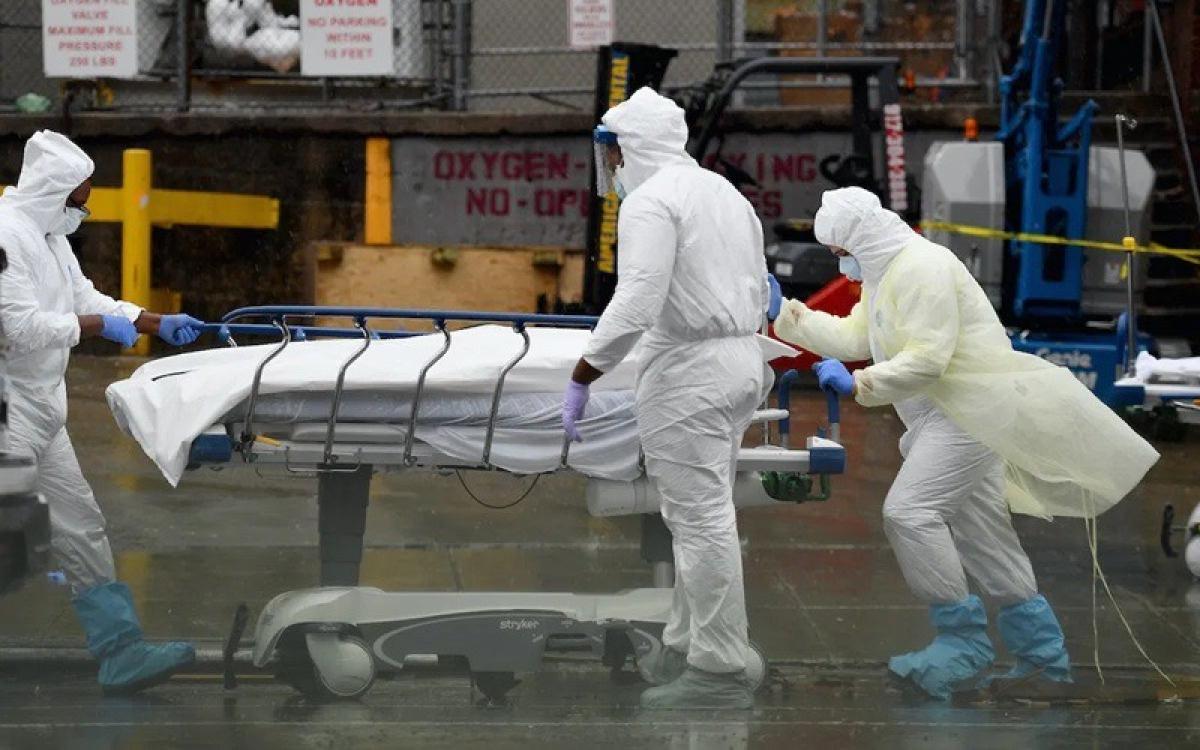 Đưa thi thể 1 bệnh nhân Covid-19 lên xe lạnh. Ảnh: AFP.
