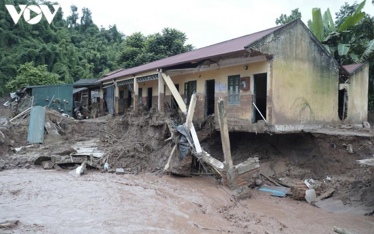 Hiện dòng nước lũ vẫn chảy siết gây nguy cơ sạt tiếp nhà công vụ của Trường Tiểu học Nậm Nhừ.