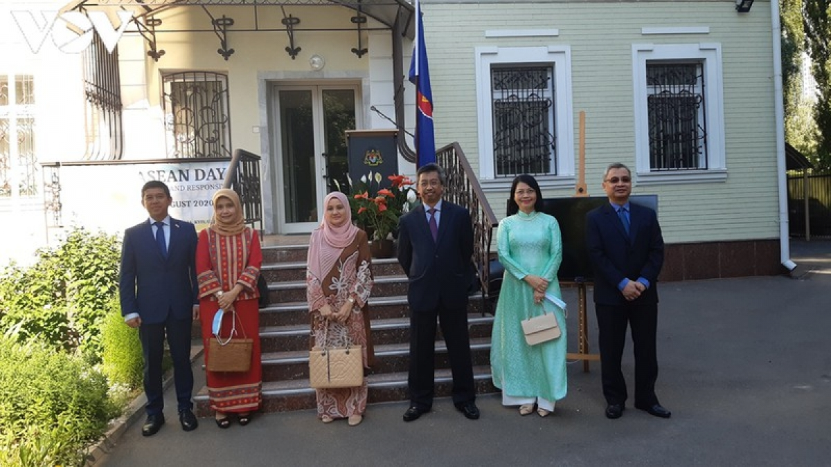Các đại sứ 3 nước và phu nhân chụp ảnh lưu niệm.