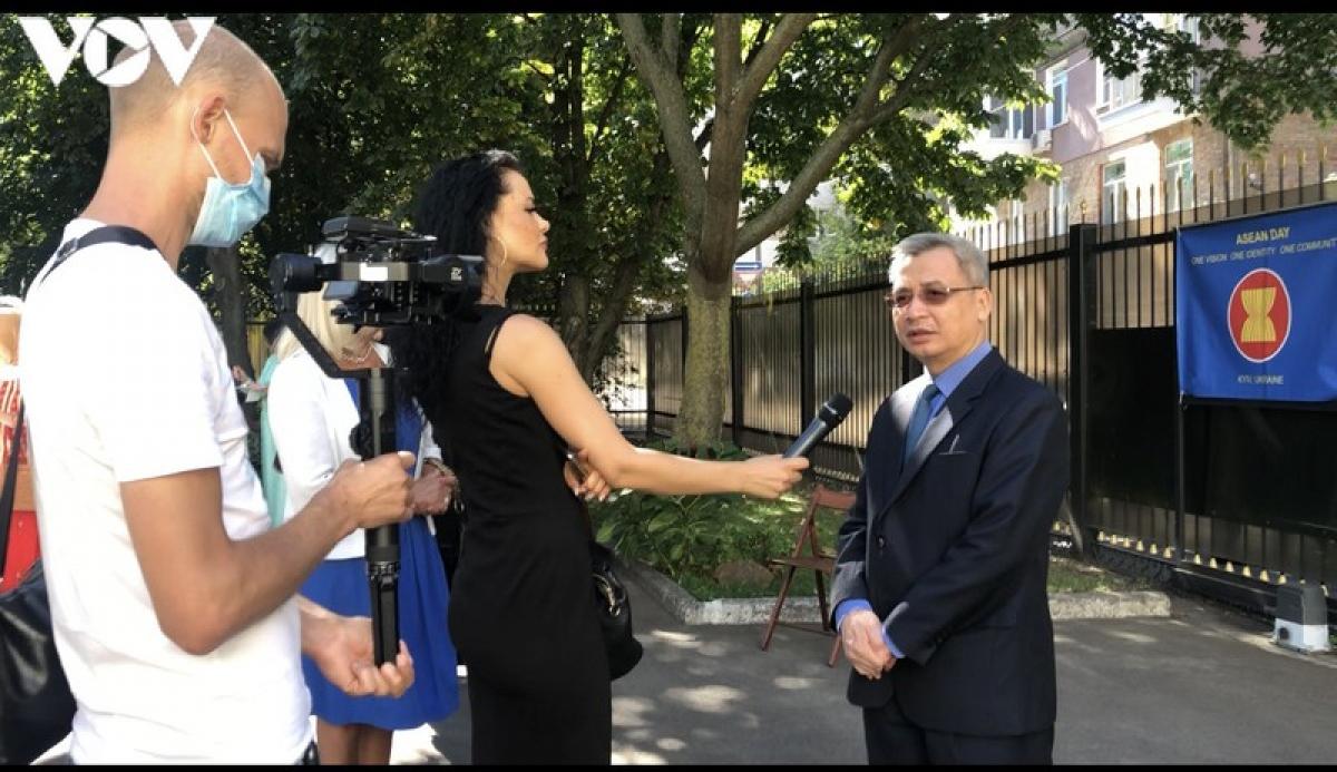 Đại sứ Việt Nam tại Ucrain Nguyễn Anh Tuấn trả lời phỏng vấn kênh phát thanh và truyền hình Quốc hội Ucraina.