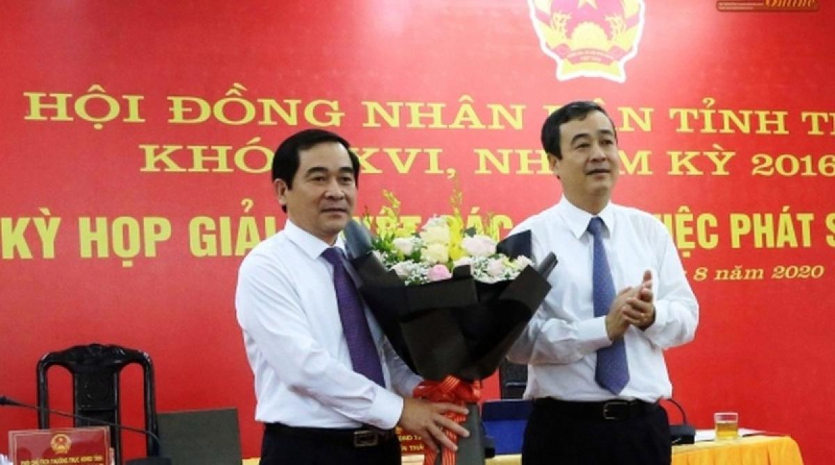 Ông Ngô Đông Hải, Ủy viên dự khuyết Trung ương Đảng, Bí thư Tỉnh ủy Thái Bình chúc mừng ông Nguyễn Tiến Thành được bầu giữ chức Chủ tịch HĐND tỉnh Thái Bình.