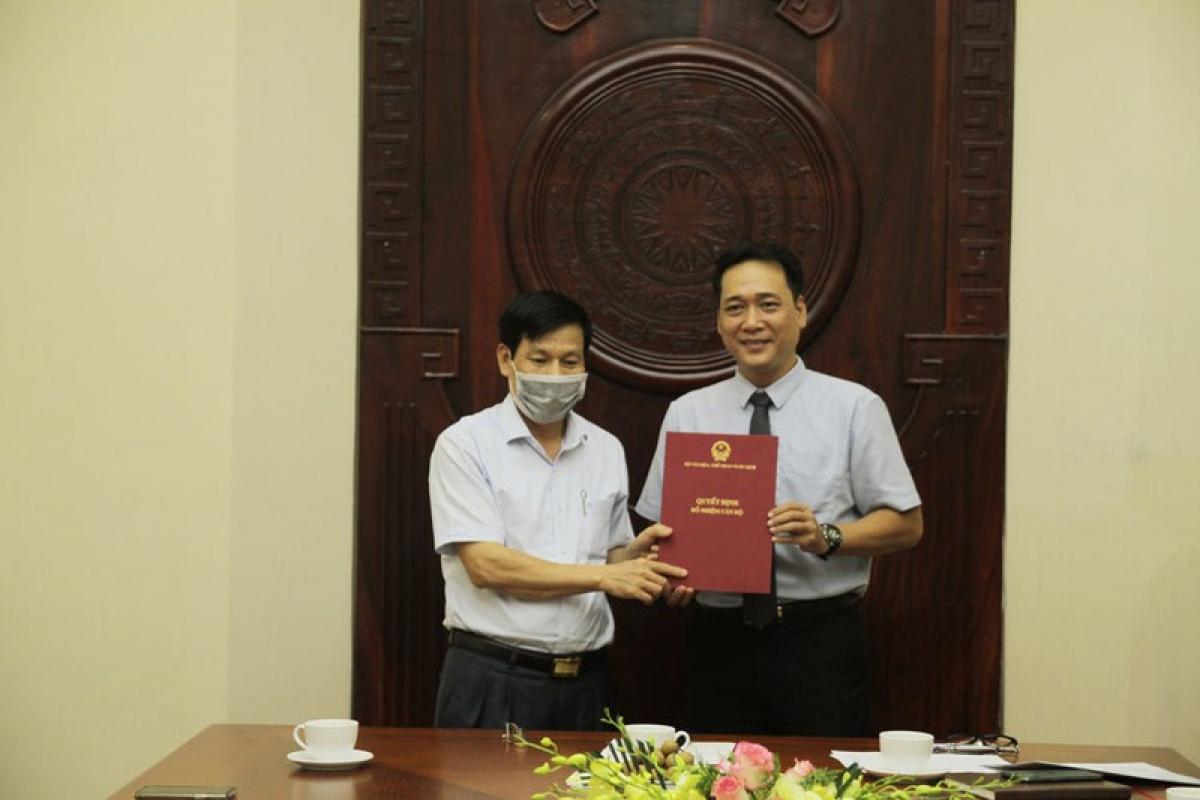 Bộ trưởng Bộ VHTT&DL trao quyết định bổ nhiệm cho NSƯT Kiều Minh Hiếu.