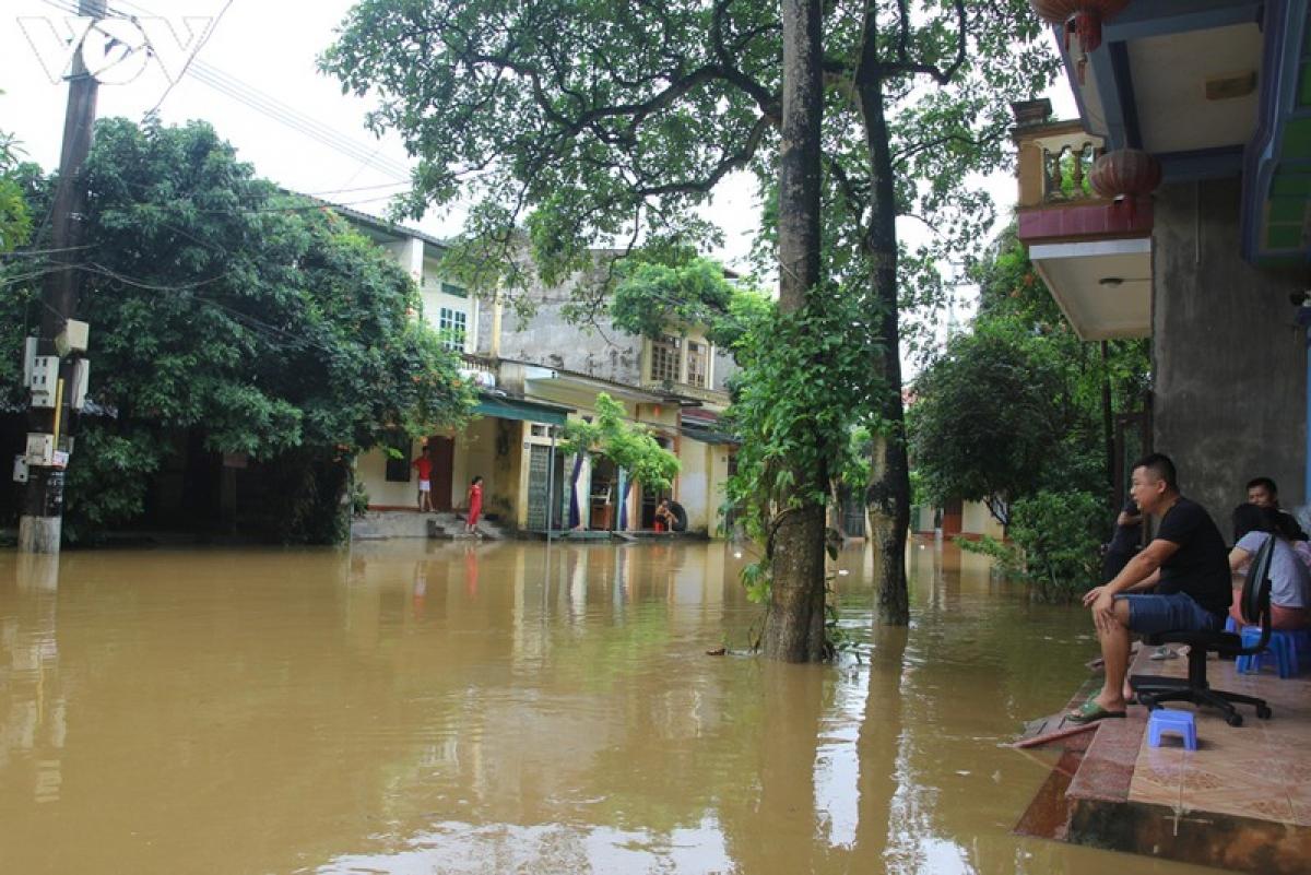 Nước sông hồng dâng cao gây ngập đường Thanh niên gây ảnh hưởng cuộc sống người dân.