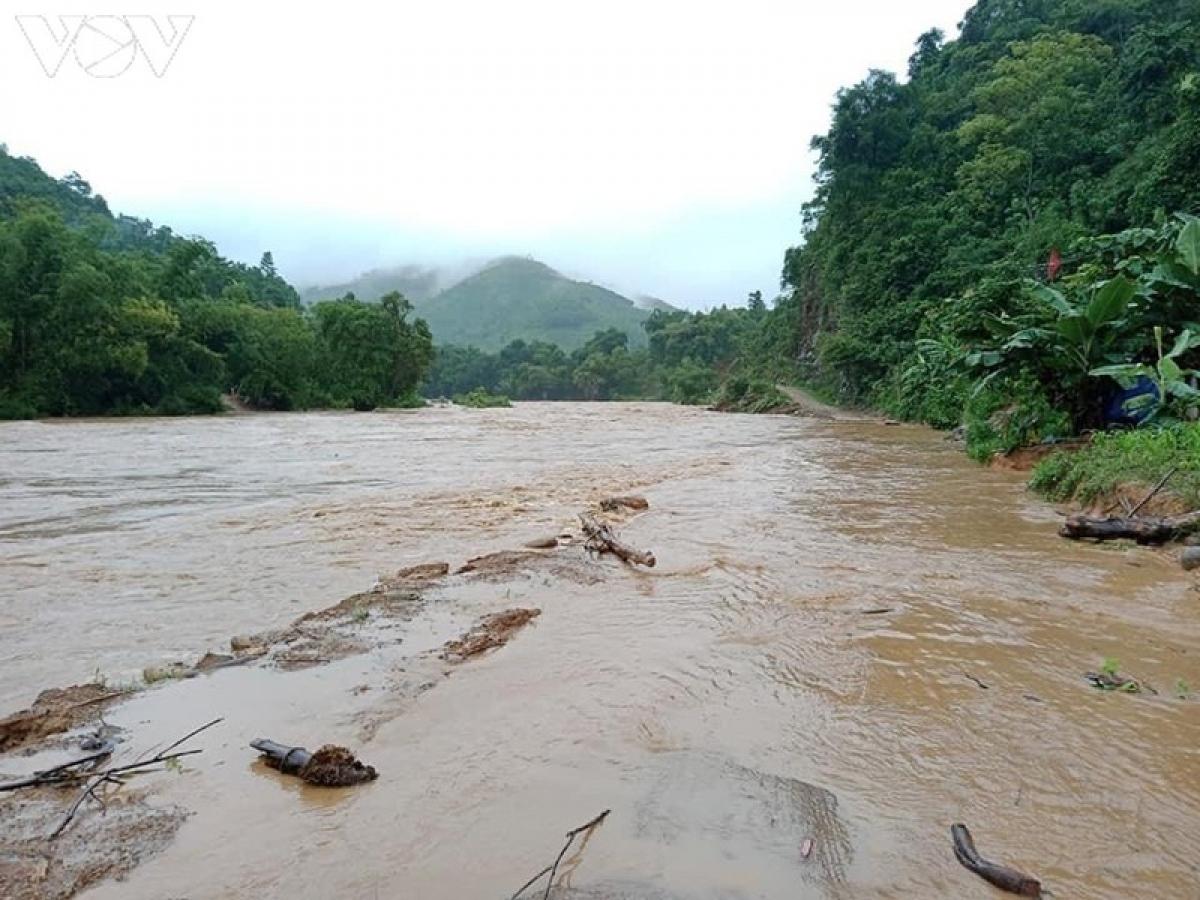 Nước suối lên cao gây ngập lụt đường tại xã Phong Dụ Hạ, huyện Văn Yên.