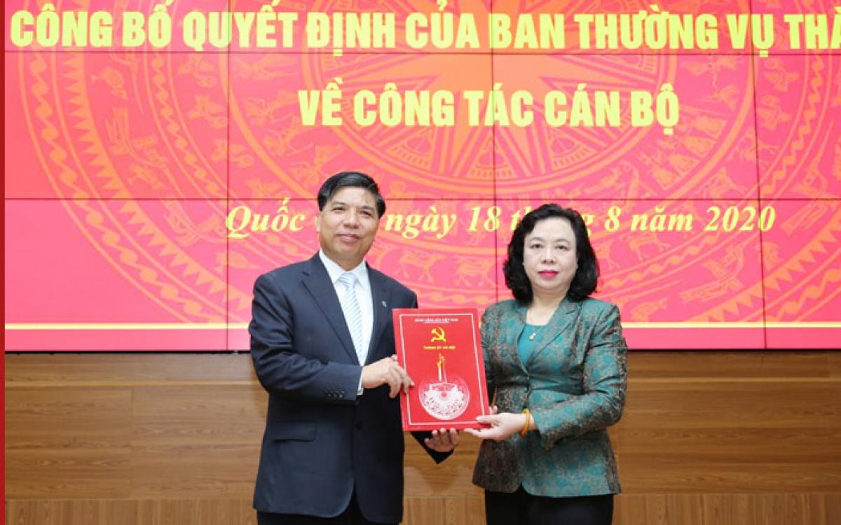 Phó Bí thư Thường trực Thành ủy Ngô Thị Thanh Hằng trao Quyết định cho ông Đỗ Huy Chiến