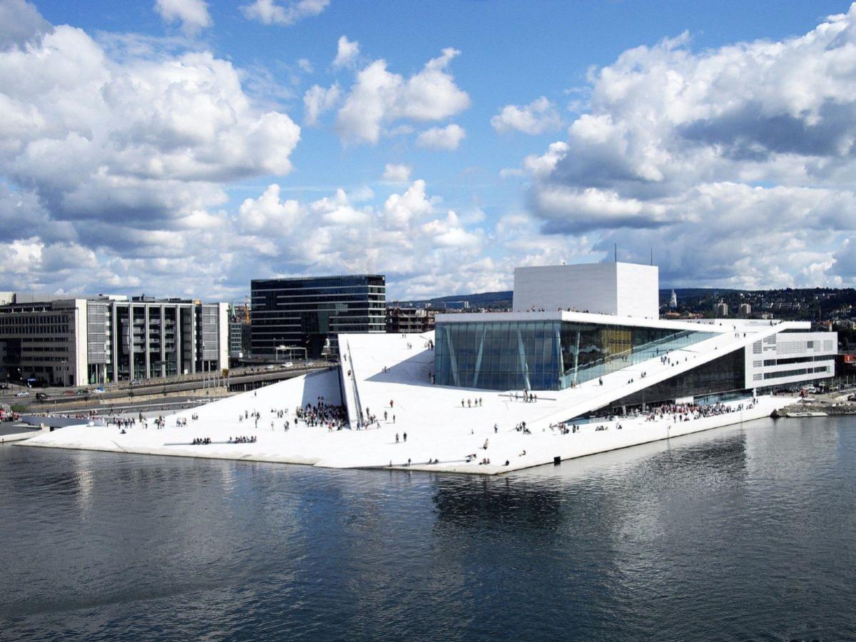 Đặc biệt, nhà hát opera Oslo được xây dựng bằng đá cẩm thạch và kính đồ sộ với sườn dốc trắng thoai thoải gợi liên tưởng đến một tảng băng trôi lấp lánh.