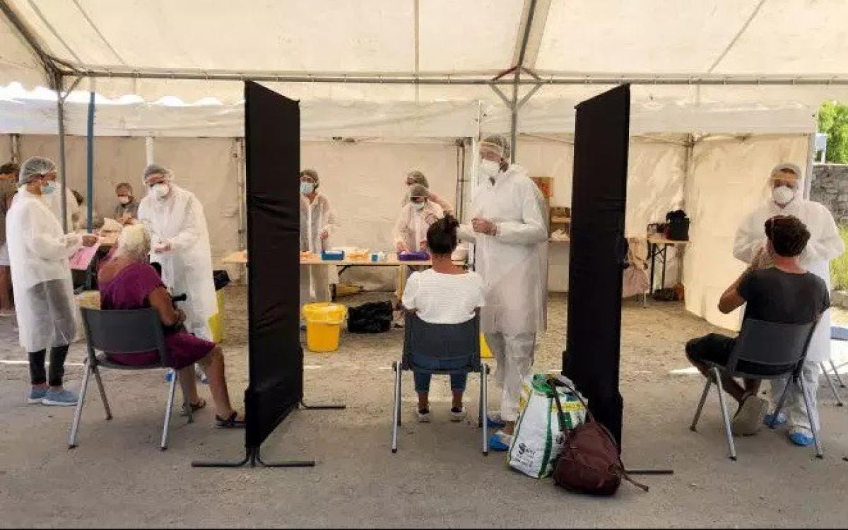 Xét nghiệm SARS-CoV-2 ở Pháp. Ảnh: Le Monde.