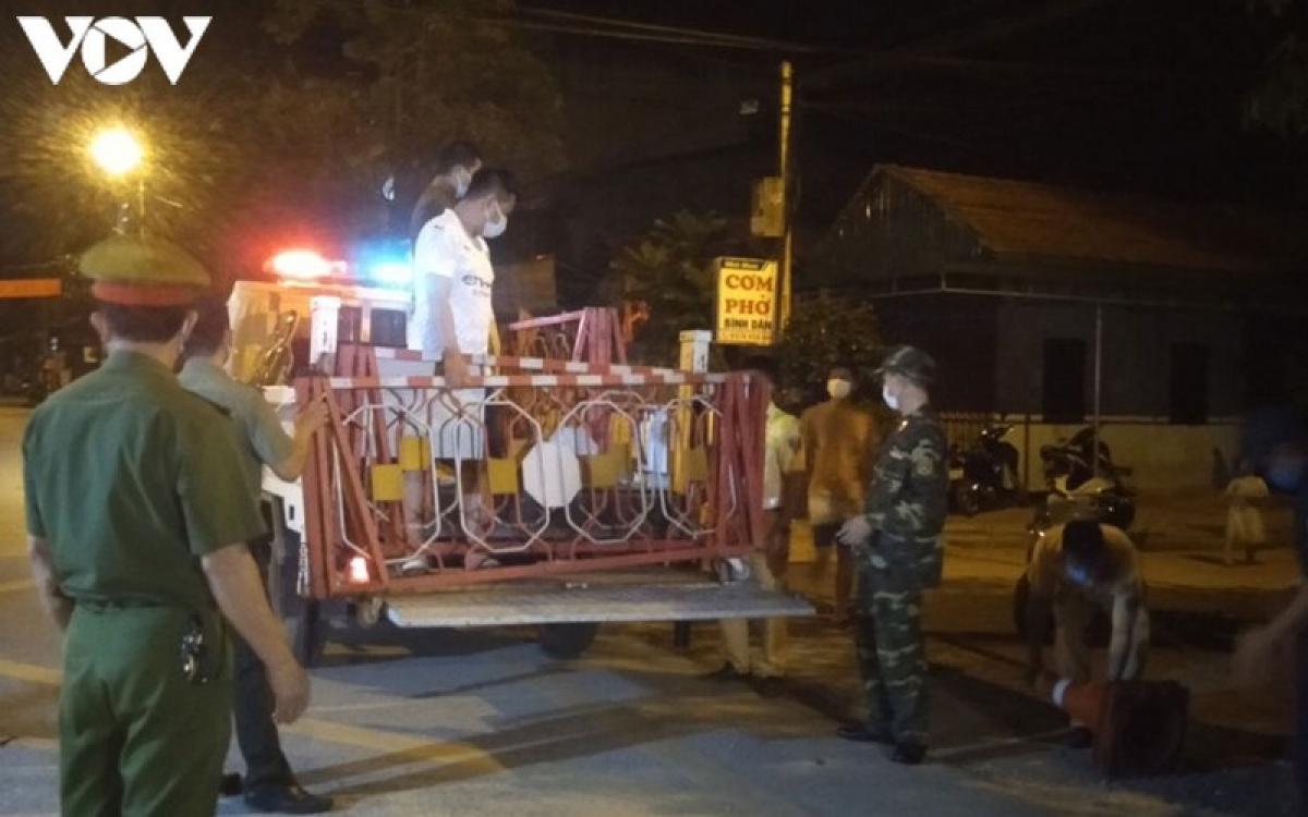 Đúng 0h hôm nay 26/8, lực lượng chức năng đã tổ chức tháo gỡ tất cả các chốt kiểm soát ra vào khu 7, thị trấn Đình Lập sau 21 ngày cách ly bắt buộc.