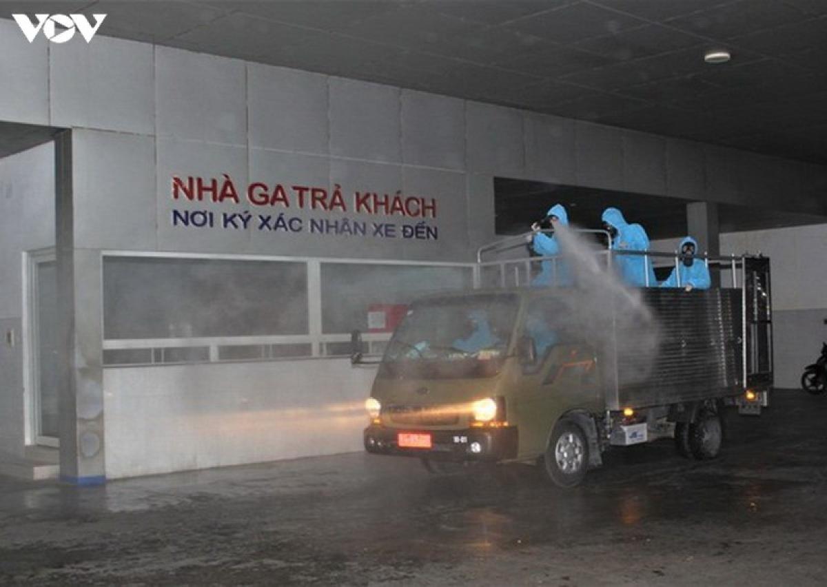 Quân khu 5 phun thuốc khử trùng Bến xe Trung tâm thành phố Đà Nẵng (Ảnh: QK5)