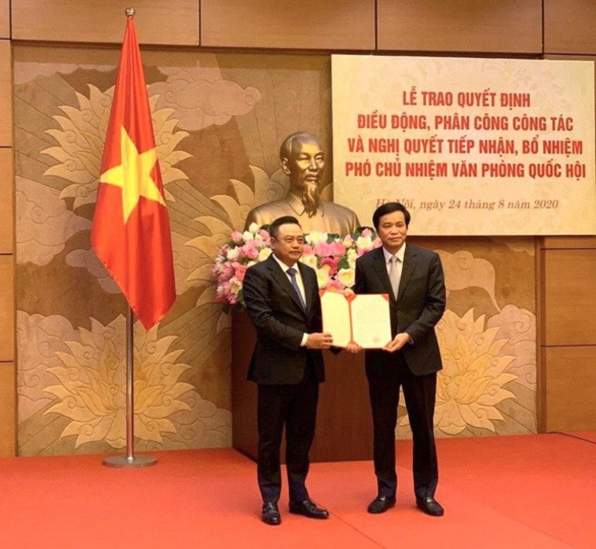 Chủ nhiệm Văn phòng Quốc hội, Tổng thư ký Quốc hội Nguyễn Hạnh Phúc trao nghị quyết bổ nhiệm cho tân Phó Chủ nhiệm Văn phòng Quốc hội Trần Sỹ Thanh