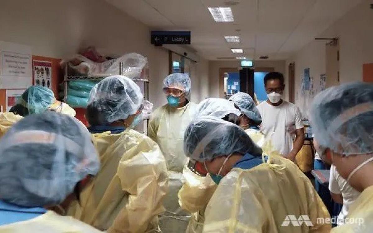 Đồ bảo hộ của bác sĩ Singapore trong mùa Covid-19. (Ảnh: Mediacorp)