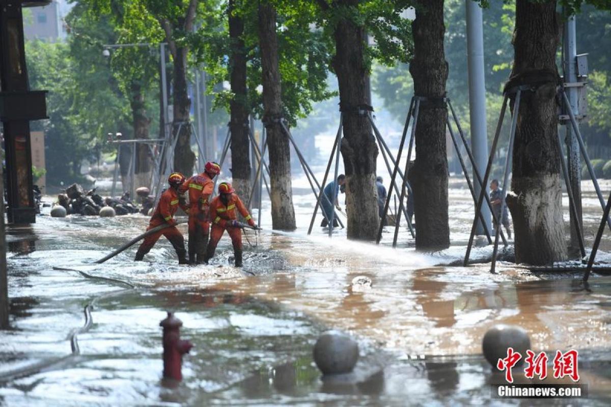 Lực lượng cứu hỏa xử lý nước ngập tại thành phố Trùng Khánh ngày 21/8. Ảnh: Chinanews
