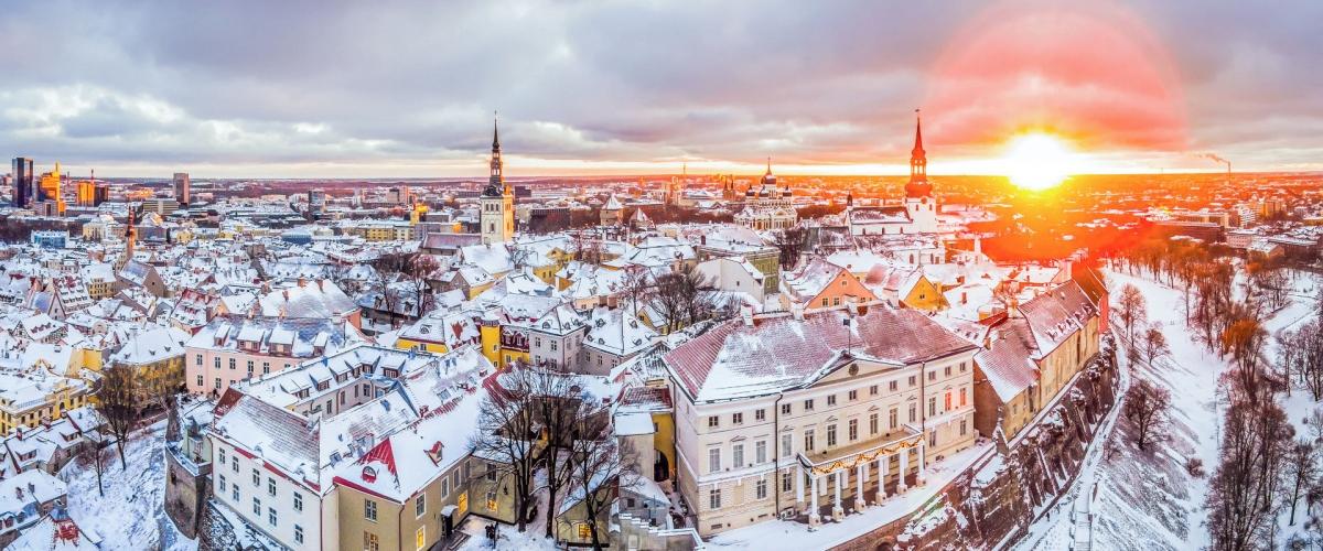 """Estonia: là quốc gia Bắc Âu nhỏ bé tiếp giáp với Nga, Latvia và Phần Lan nổi tiếng với khung cảnh thơ mộng, cổ kính. Khi Christopher Nolan cùng ekip làm phim của TENET ghé thủ phủ Tallinn xinh đẹp vào tháng 6 năm 2019, cả thành phố cổ đã có một dịp """"tưng bừng"""""""