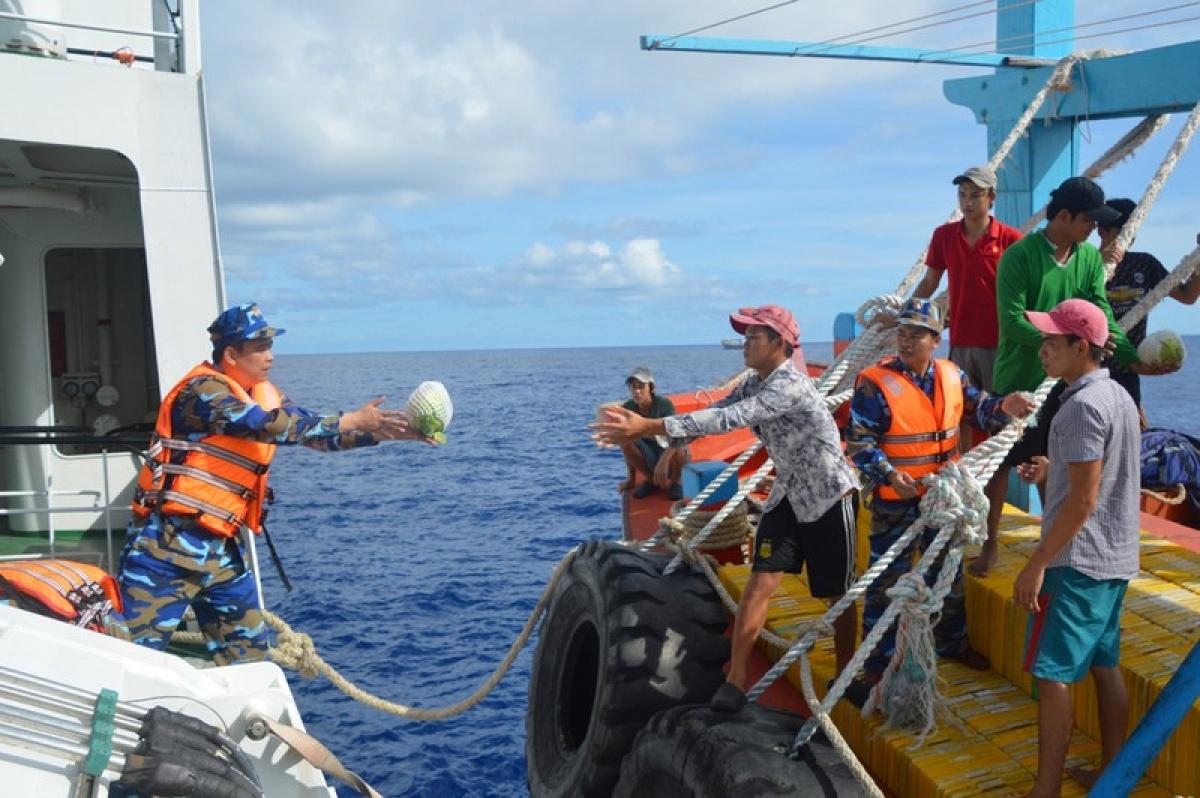 Cảnh sát biển tặng rau xanh cho ngư dân.