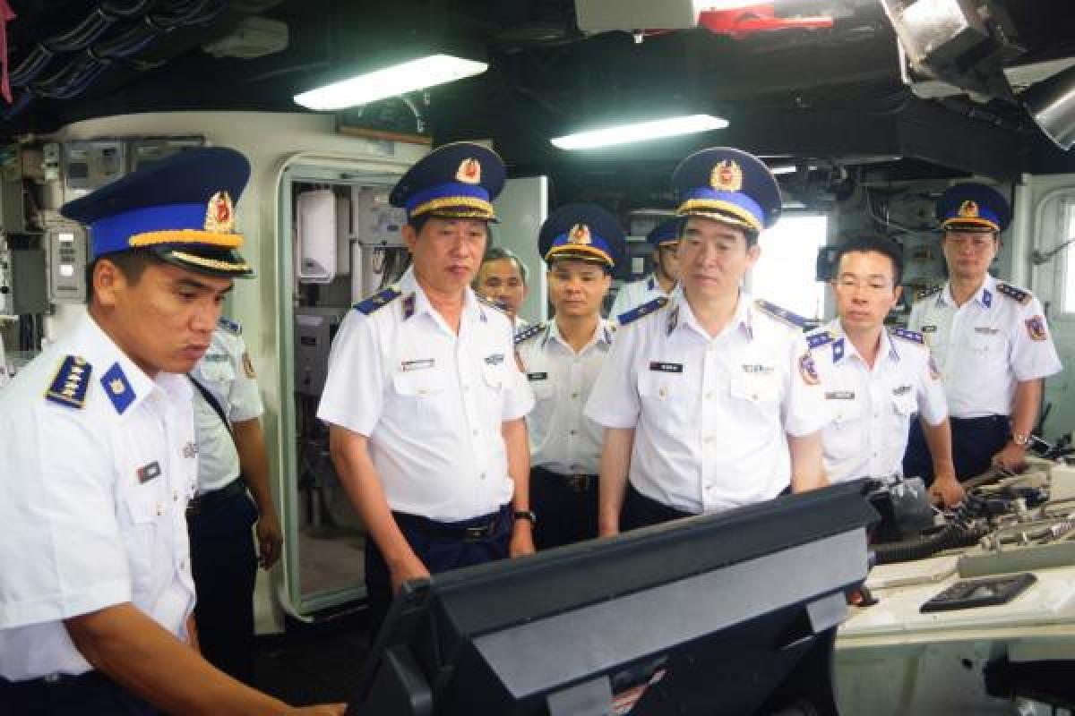 Thiếu tướng Bùi Quốc Oai- Chính ủy Cảnh sát biển Việt Nam thăm và kiểm tra tàu Cảnh sát biển 8020.