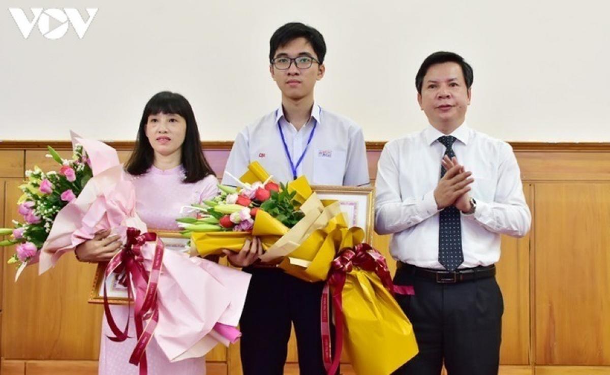 Ông Nguyễn Tân, Giám đốc Sở Giáo dục và Đào tạo tỉnh Thừa Thiên Huế trao giấy khen cho em Hồ Việt Đức và Tổ Sinh học,Trường Trung học phổ thông chuyên Quốc Học Huế.