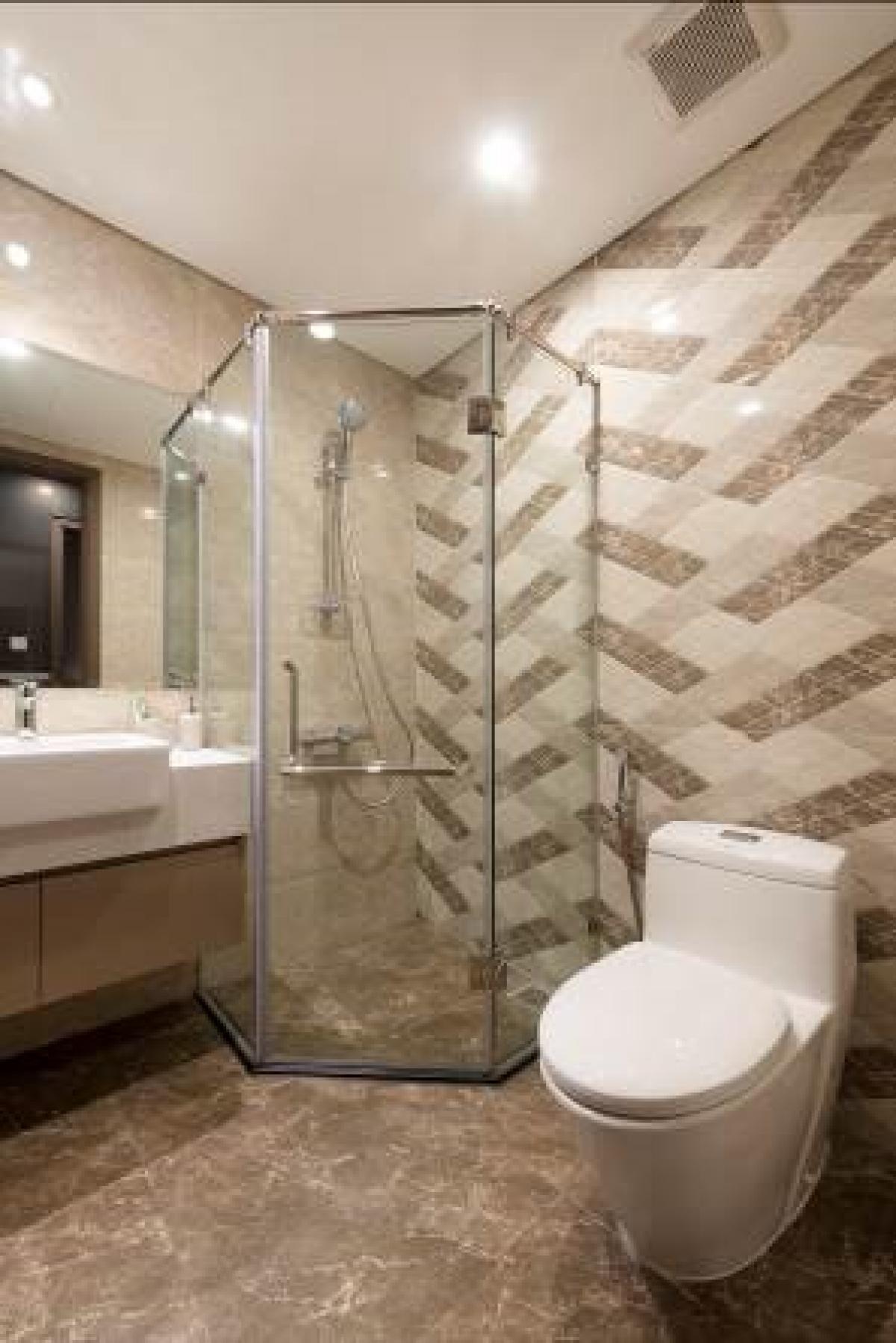 Mỗi căn hộ đều có nhà tắm lớn và nhỏ với thiết bị vệ sinh cao cấp của Toto, Kohler. Buồng tắm ngăn vách kính riêng, thiết kế giúp khô ráo, thông hơi tốt.