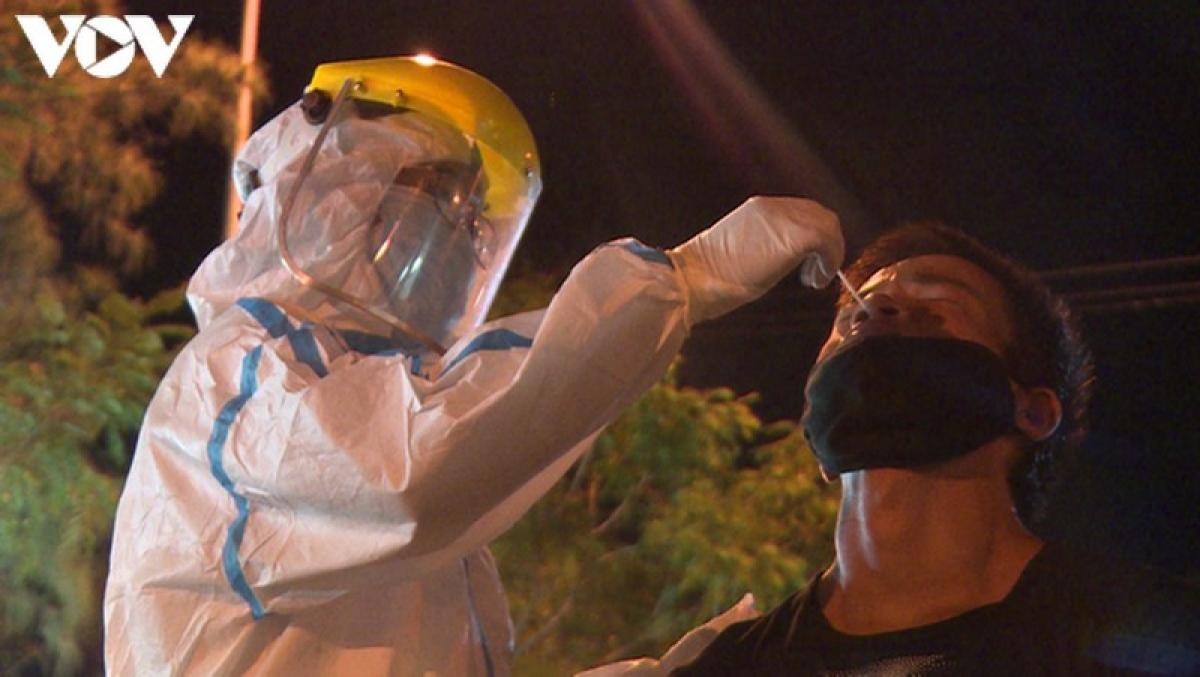 Suốt đêm qua đến sáng nay, các y bác sỹ đã lấy 2.600 mẫu phẩm của ngư dân và tiểu thương cảng cá Thọ Quang để xét nghiệm.