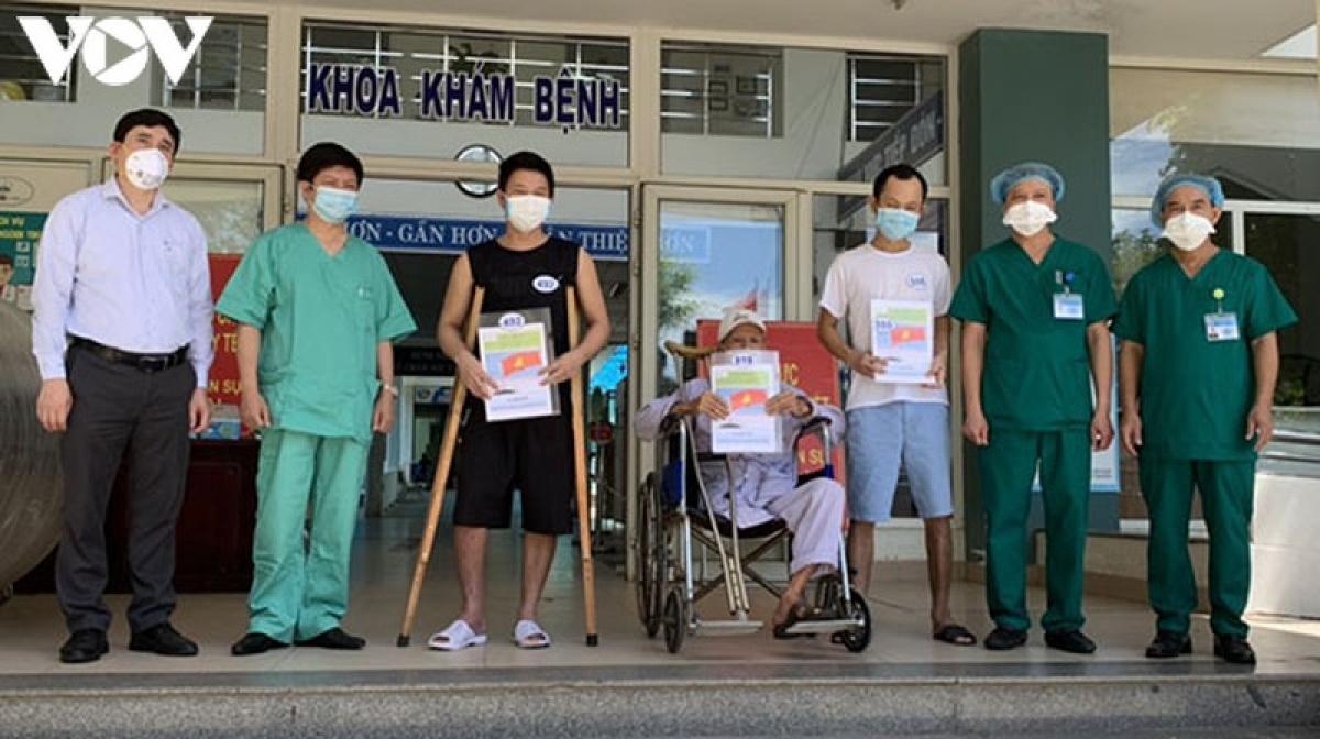 3 bệnh nhân khỏi bệnh ra viện ở Bệnh viện dã chiến Hòa Vang.