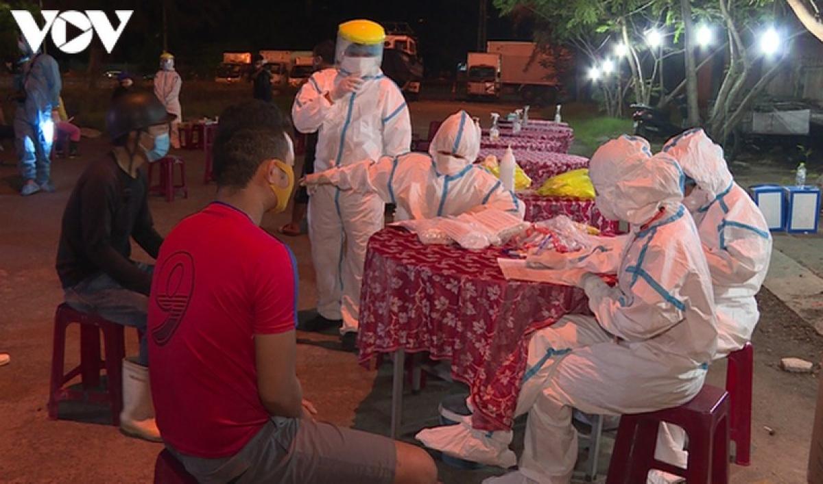 Do đặc thù tiểu thương chợ cảng cá họp vào ban đêm cho đến rạng sáng nên các y bác sỹ phải lấy mẫu xét nghiệm vào ban đêm.