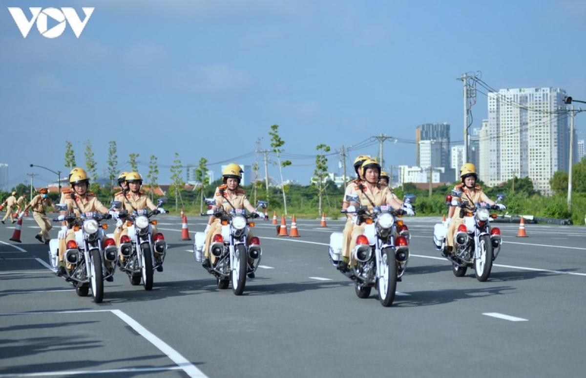 Đội hình nữ CSGT dẫn đoàn sẵn sàng nhận nhiệm vụ được giao.
