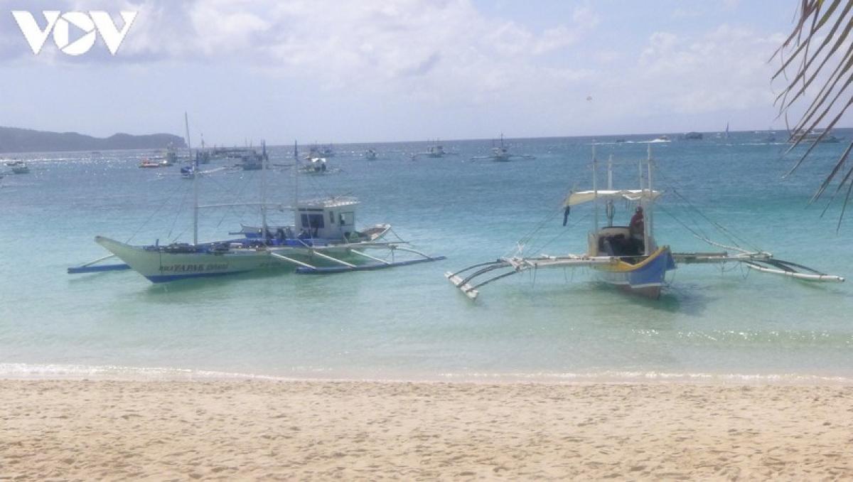 White Beach là bãi biển nổi tiếng nhất trên đảo Boracay. Với chiều dài khoảng 4 km, nó chiếm một nửa bờ biển phía tây của hòn đảo và có cảnh hoàng hôn tuyệt đẹp.