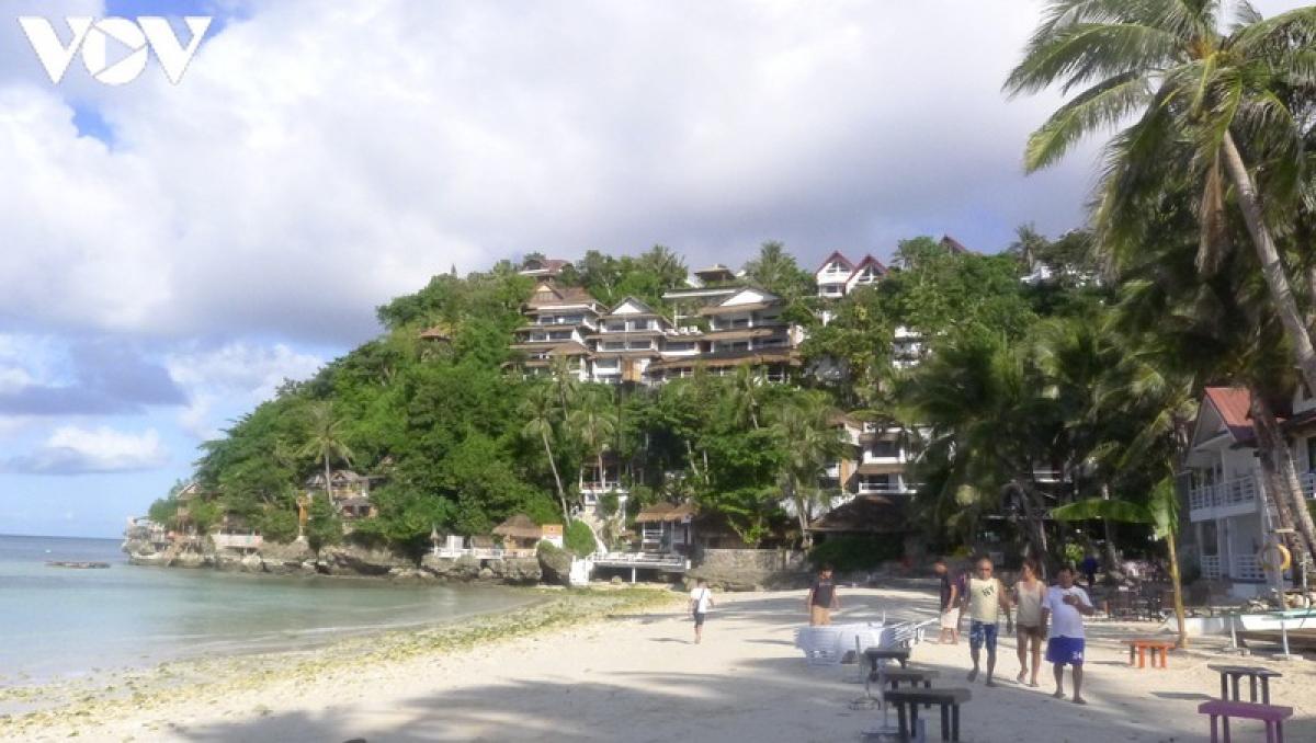 Diniwid là một bãi biển nhỏ mang một bầu không khí dễ chịu và yên tĩnh so với White Beach.
