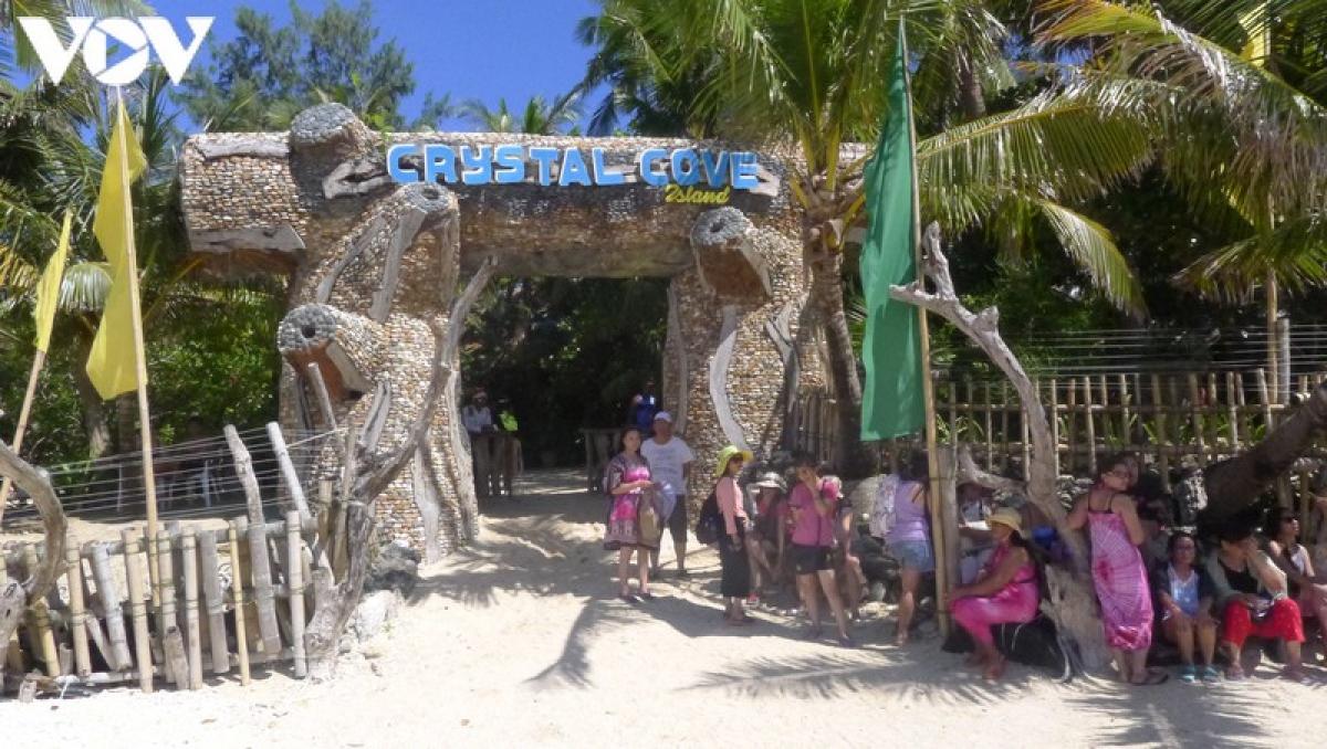 Là một hòn đảo nhỏ nằm cách đảo Boracay 10 phút đi về phía đông nam (ở địa phương được gọi là đảo Tigwatian), Crystal Cove nghĩ của nó là những rạng san hô lộng lẫy nằm dưới làn nước trong như pha lê bao quanh đảo.