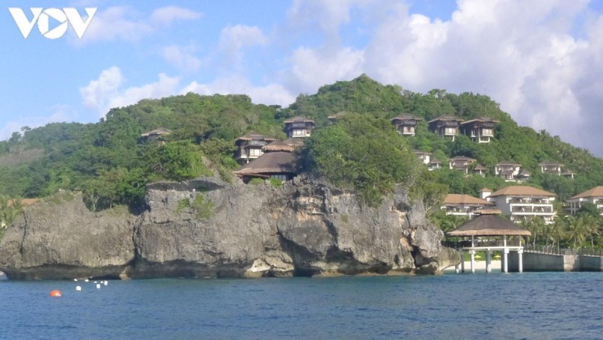 Những khách sạn nằm vách đá treo leo là điểm hấm dẫn du khách khi đến với thiên đường biển Boracay.